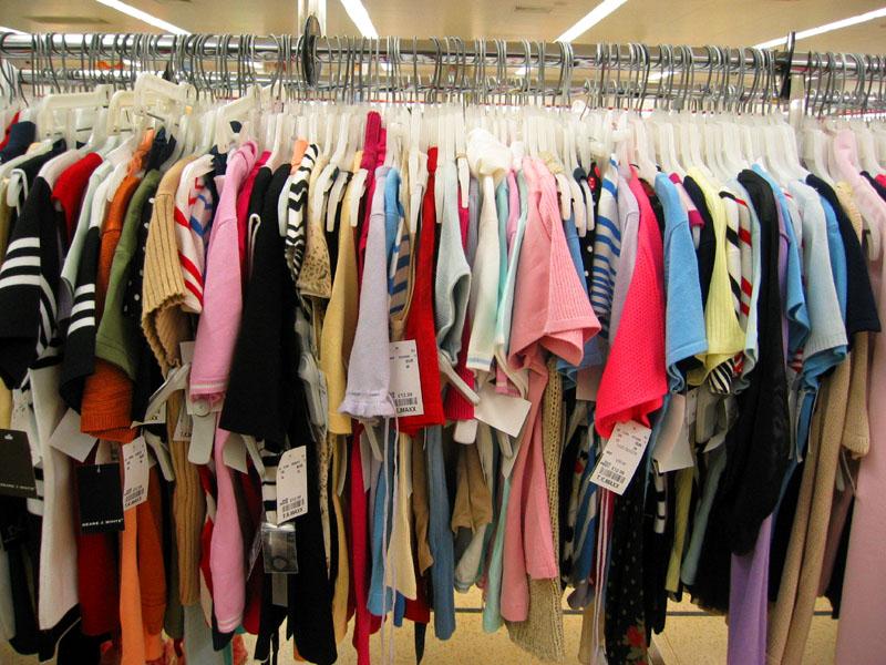 Ponudba ženskih in moških oblačil