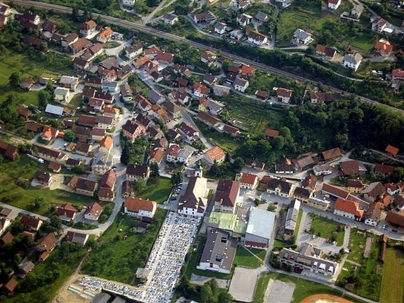 Borovnica, ograjuje ljubljansko barje