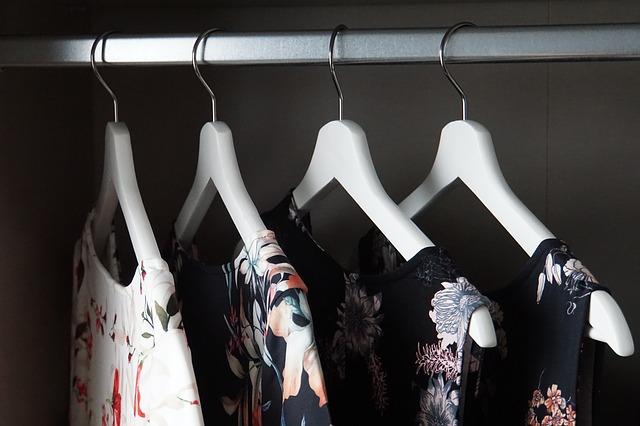 Ženske jesenske obleke na obešalnikih